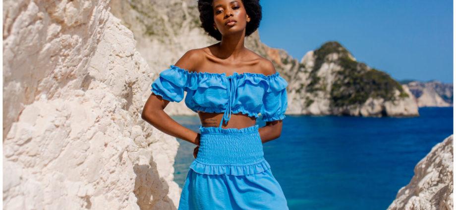 Błękitne bluzki boho z bufkami na ramionach i falbaną na dekolcie