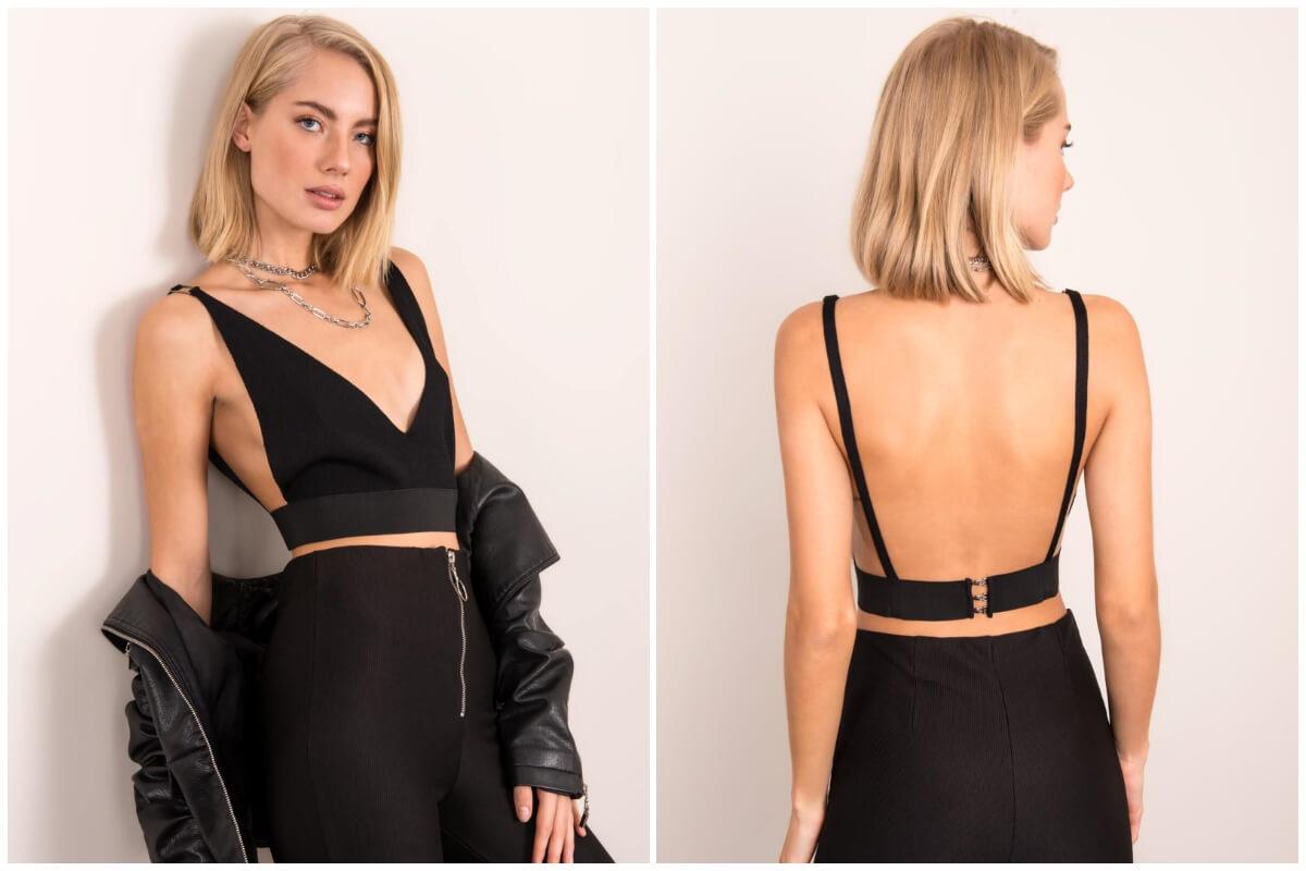 Moda na lata 2000 - krótki czarny top z głębokim wycięciem