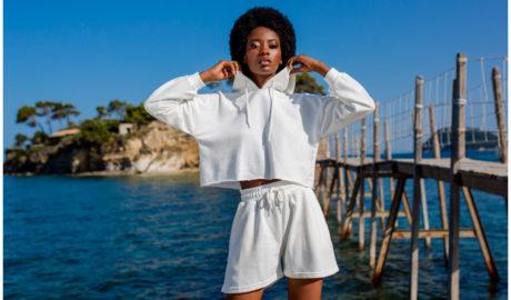 Komplety damskie na lato - biały sportowy dres z krótkimi spodenkami