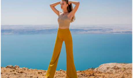 Spodnie dzwony - musztardowy model na lato