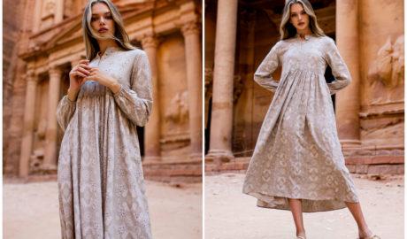 Styl empire w modzie - długa sukienka w drobny wzóro