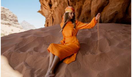 Satynowe sukienki - model midi w pomarańczowym odcieniu