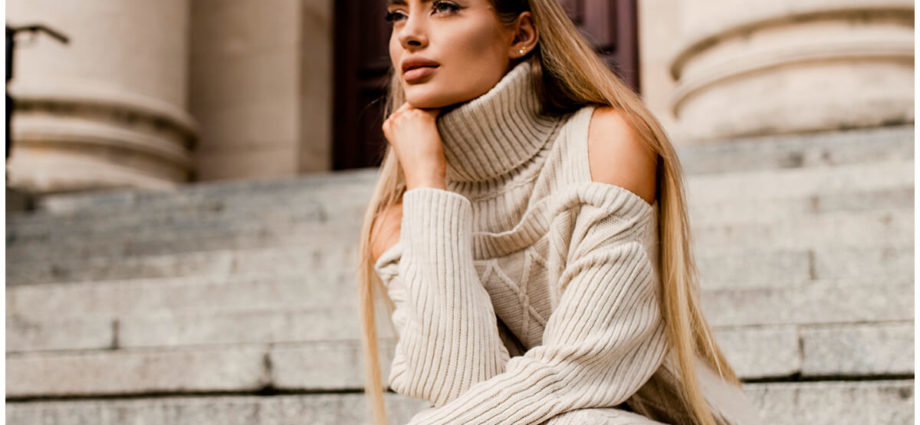 Damski golf - beżowy sweter z warkoczowym splotem