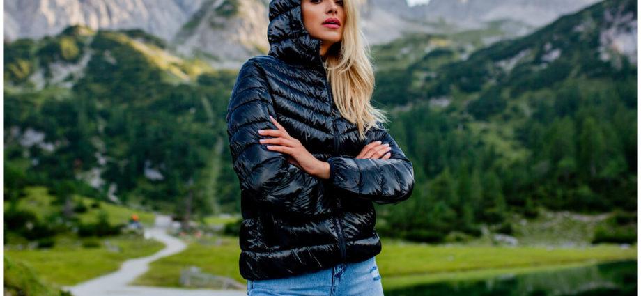 Kurtki na deszcz - czarna pikowana kurtka z kapturem